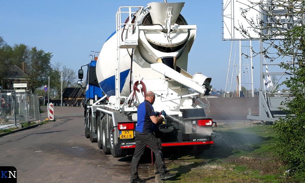 Na het storten van beton wordt de vrachtwagen gereinigd.