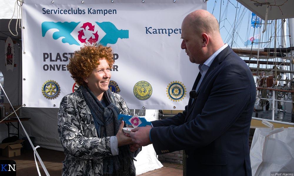 Wethouder Marieke Spijkerman ontvangt de eerste Kamper Plak van Rotaryvoorzitter Arjen Hendriks.