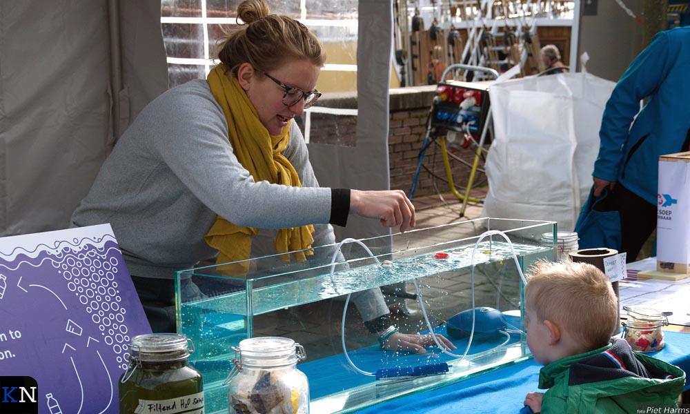 Lotte demonstreert hoe plastic drijft en niet vergaat in water.