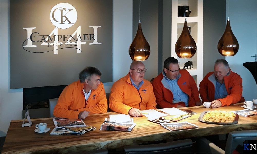 Michael Bres en andere bestuursleden van de Kamper Oranje Vereniging.