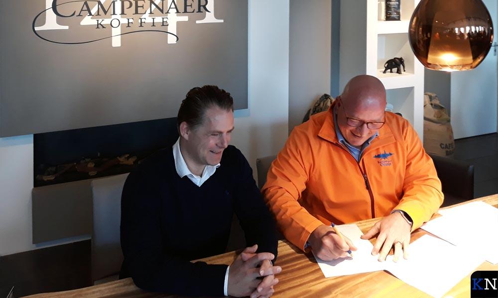 Frans van de Kolk ondertekent met Michael Bres de sponsorovereenkomst.