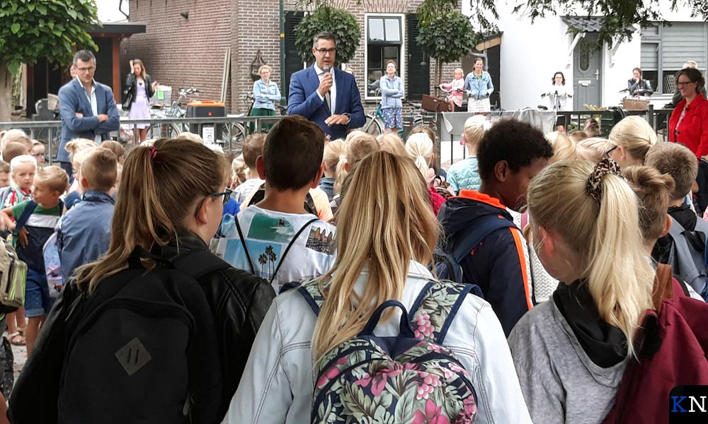 Wethouder Jan Peter van der Sluis spreekt de leerlingen toe.