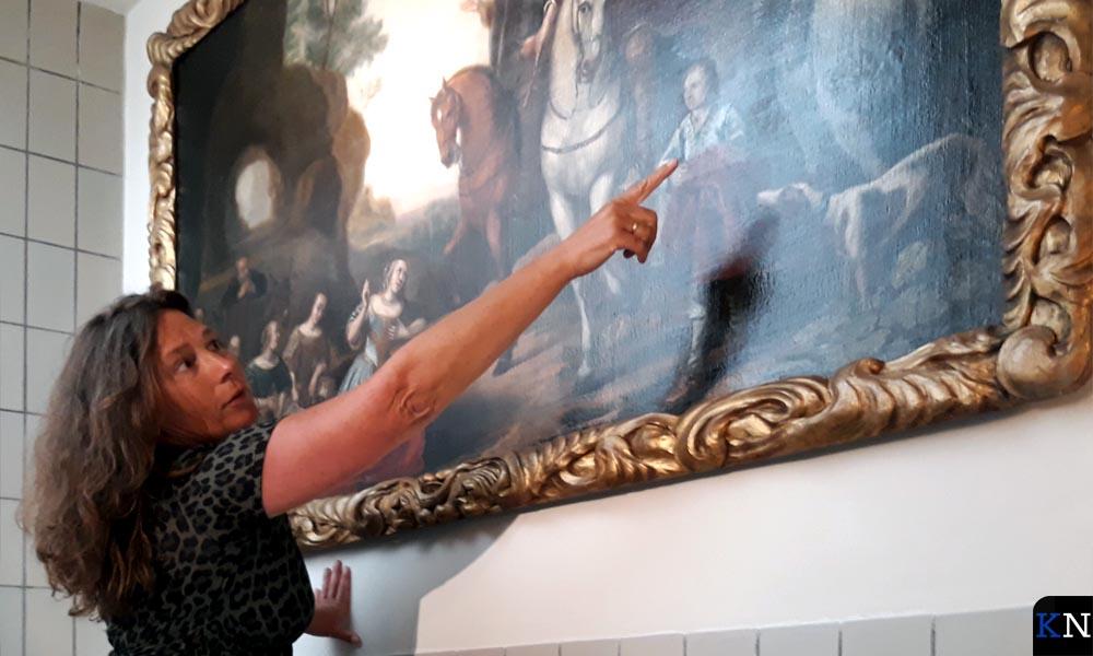 Christine Riezebos wijst een hersteld stuk aan.