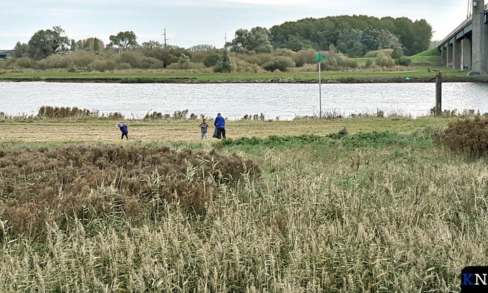 Vrijwilligers speuren naar (plastic) afval langs de IJssel.