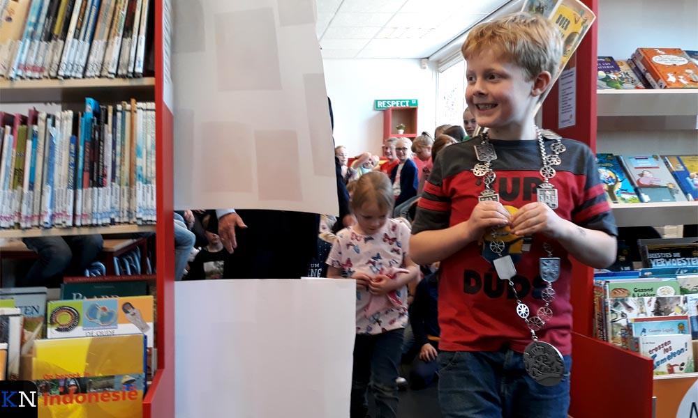 Max Hijstek stapt trots de nieuwe schoolbibliotheek binnen.