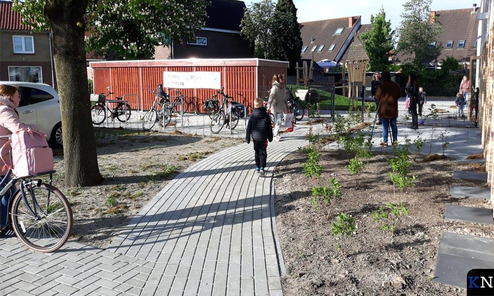 Aan de zijkant van het gebouw is de fietsenstalling en hebben enkele lokalen een eigen uitgang.
