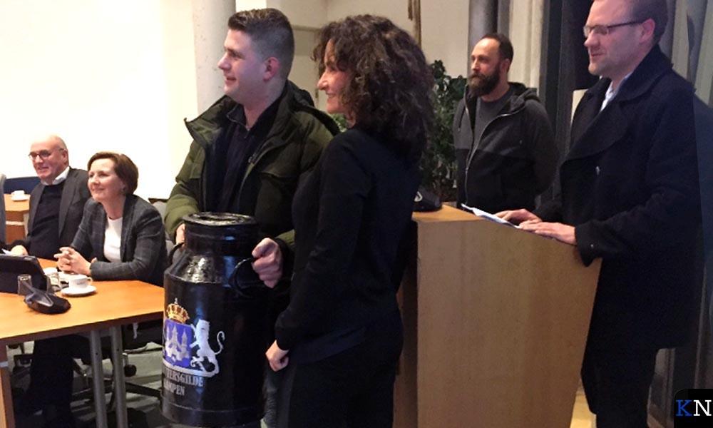 Tweede raadsvoorzitter Janita Tabak neemt de melkbus van het Schuttersgilde in ontvangst.