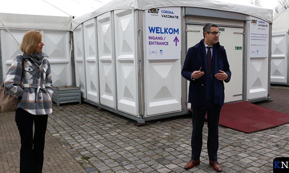 GGD-directrice Rianne van den Berg overhandigde bij de opening de sleutel aan Kamper wethouder Jan Peter van der Sluis.