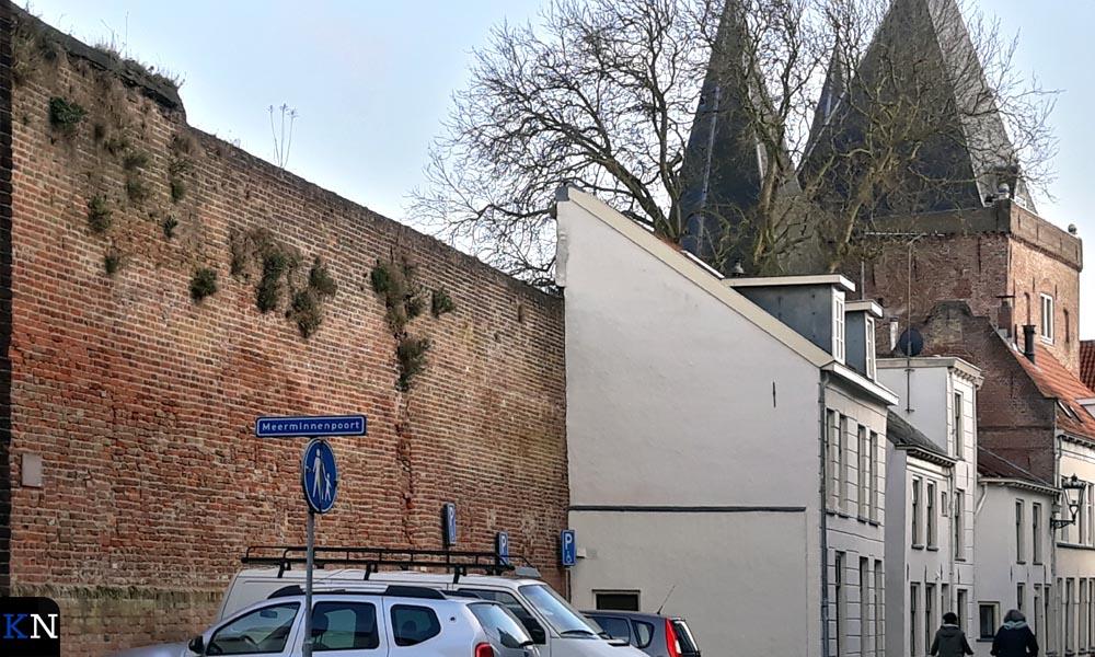 Aan de Voorstraat, nabij de Koornmarktpoort, is nog een stadsmuurdeel aan IJsselzijde te bewonderen.
