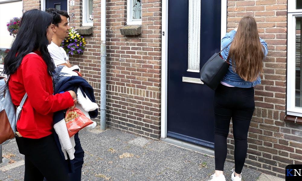 Sabber Perzad en Zarifa Nassvi ontvangen de sleutel van hun nieuwe huis.
