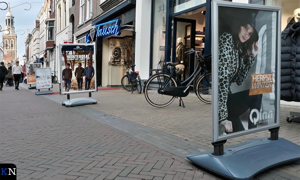 De conventionele stoepborden hebben een grote voet die los op straat staat.
