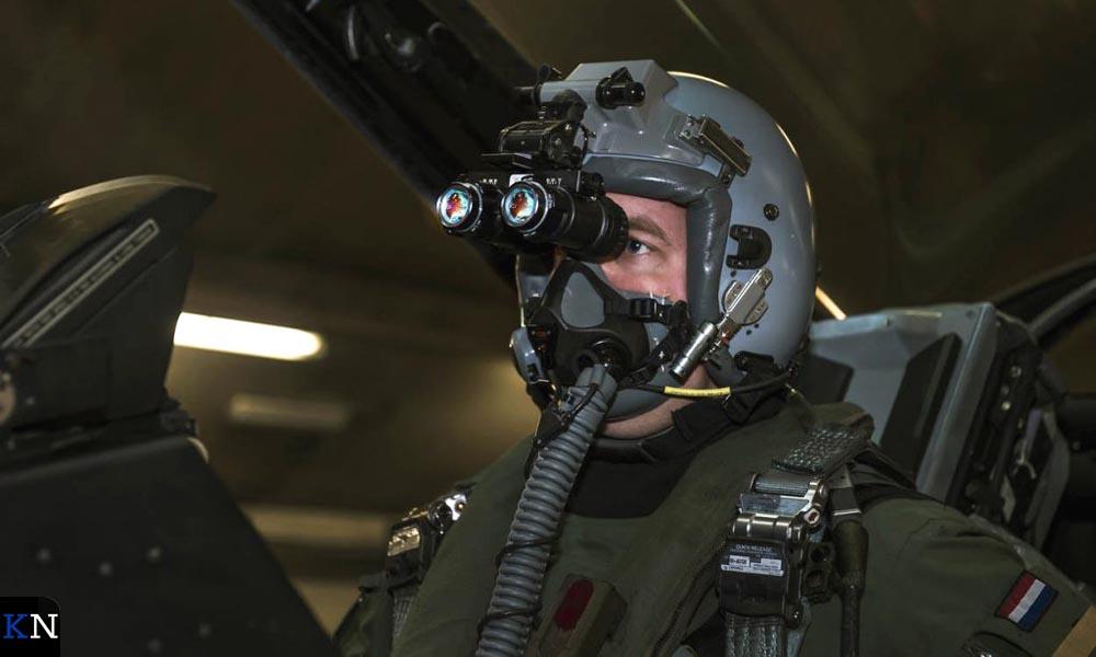 Bij duisternis vliegt een F-16-piloot met nachtzichtapparatuur, zogeheten Night Vision Goggles.