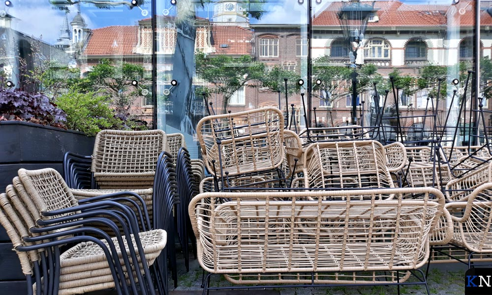 Opgestapelde terrastafels en -stoelen aan de Plantage in Kampen.