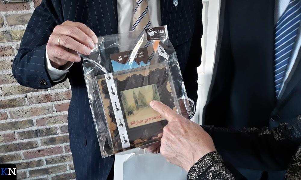 """Mevrouw Fennie Last -Van Dijk wijst """"hun"""" trouwzaal aan van het Oude Raadhuis in Kampen."""