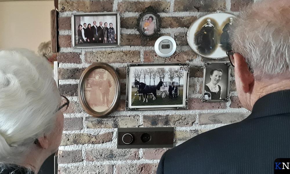 Het diamanten bruidspaar Last-Van Dijk kijkt naar oude foto's vol herinneringen op de muur.