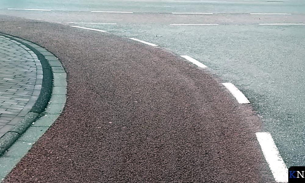 De gewraakte bocht, waar fietsers onderuit gingen, heeft een nieuwe deklaag gekregen.