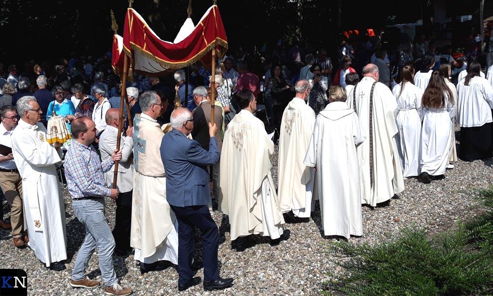 In de tuin van de RK Kerk in Hasselt vindt de jaarlijkse bedevaart plaats.