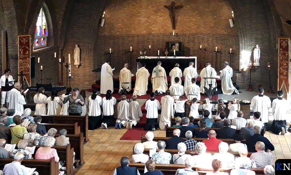 De bedevaart in Hasselt eindigt in de kerk waar het Heilig Sacrament weer in het tabernakel wordt geplaatst.