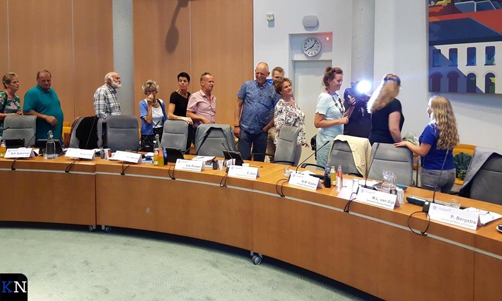 Raadsleden staan in de rij om Hilde de hand te schudden.