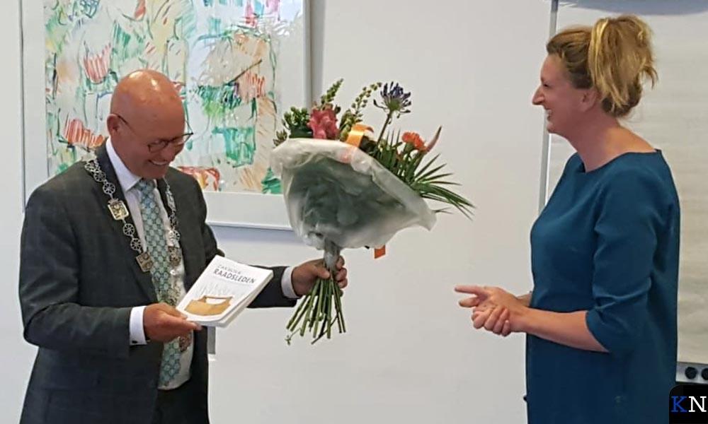 Burgemeester Koelewijn feliciteert nieuw commissielid Alerieke van der Maat.