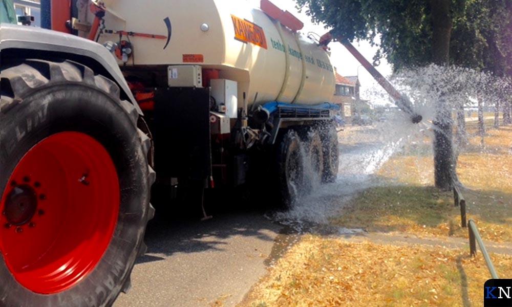 Gemeente Kampen laat uitgedroogde eiken besproeien met grondwater.