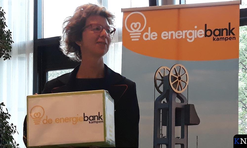 Irma van der Sloot krijgt een eerste energiepakket overhandigd bij de presentatie van de Energiebank.