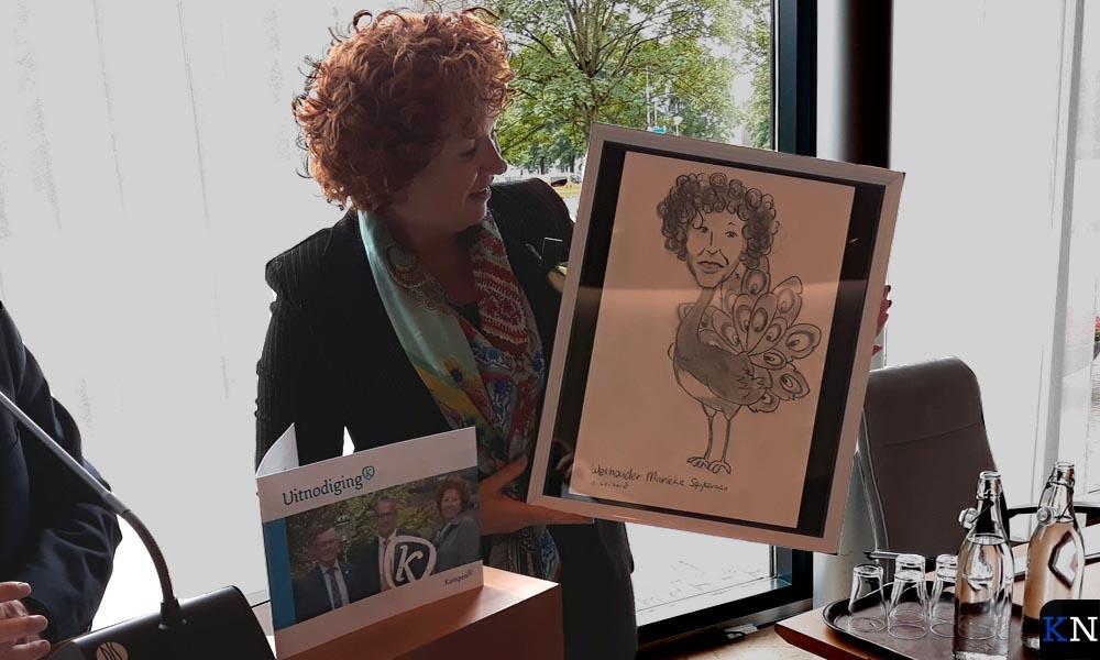 Marieke Spijkerman krijgt een cartoon mee die haar als pauw voorstelt.