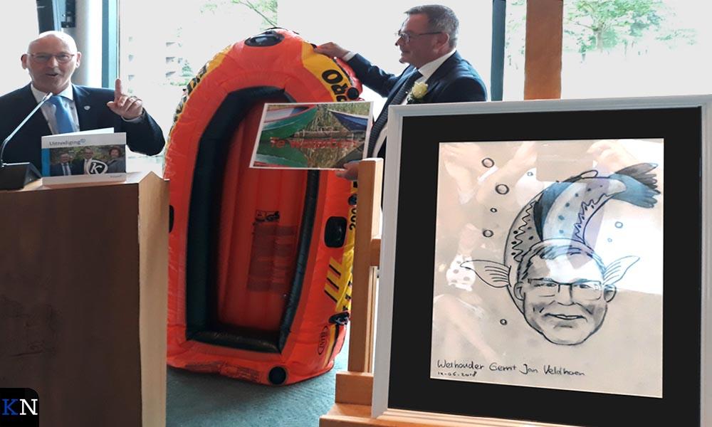 Gerrit Jan Veldhoen krijgt een boot en een cartoon mee die hem als forel voorstelt.