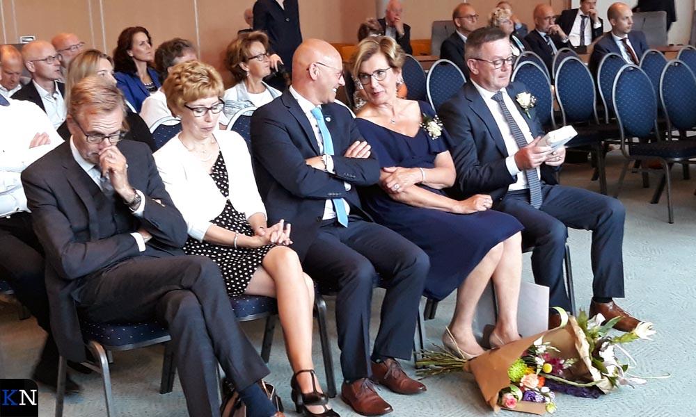 Gemeentesercetaris Jan Goedegebure met zijn vrouw zitten naast de burgemeester en Dickie en Gerrit Jan Veldhoen.