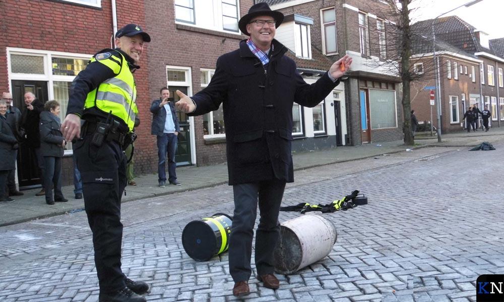 Bort Koelewijn heeft wijkagent Ewoud Eshuis ontgroend met melkbusschieten.