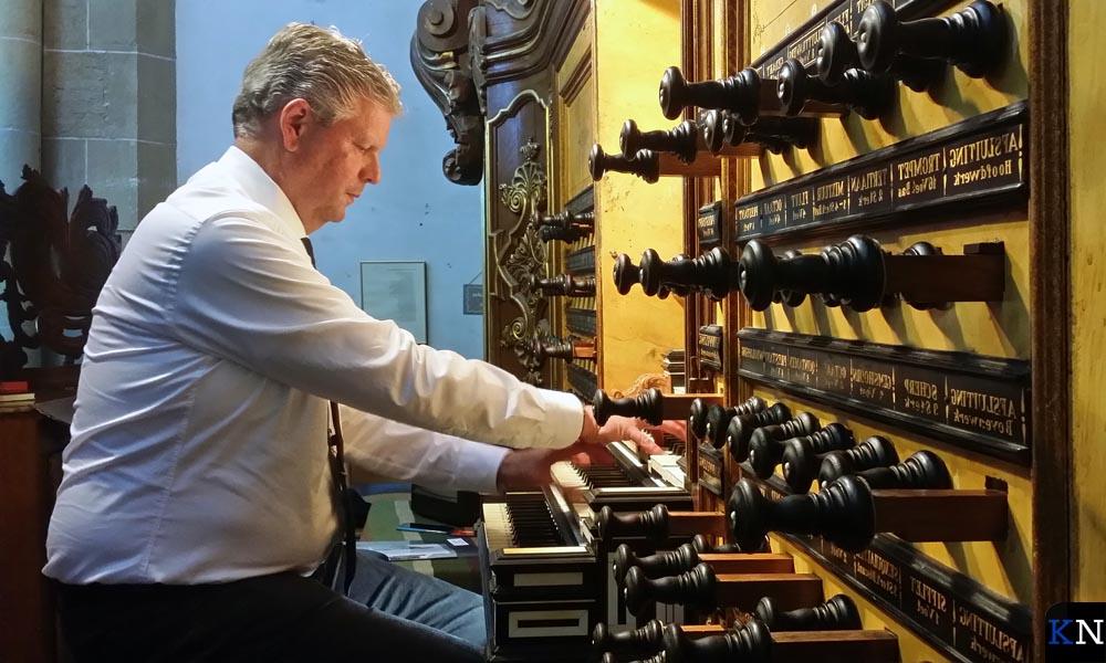 Pieter Heykoop op het orgel.