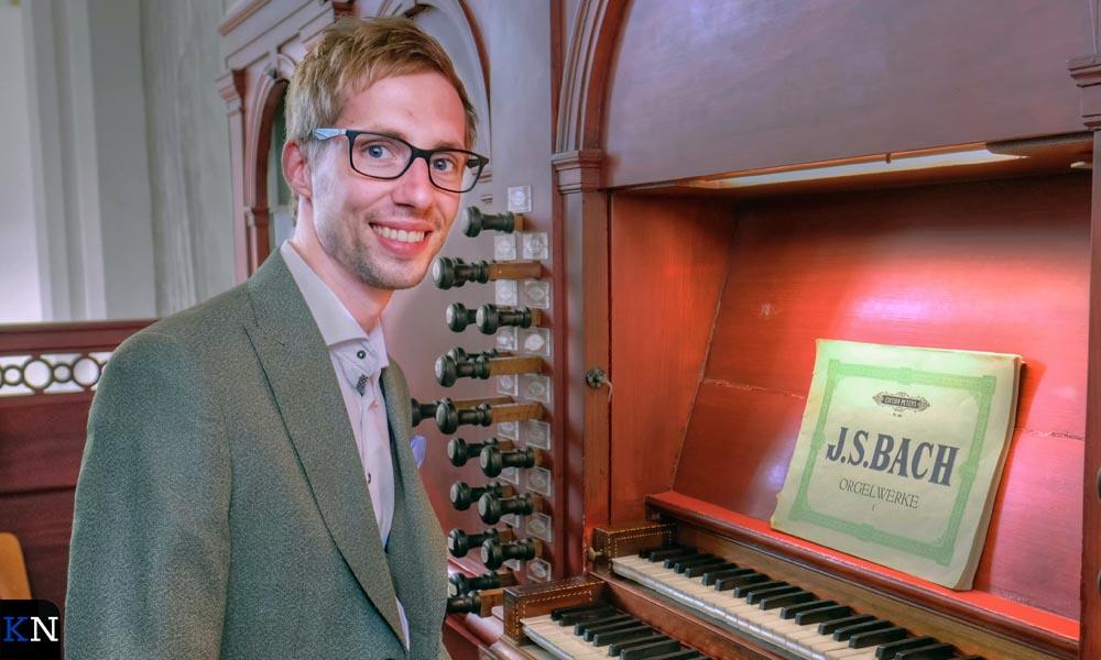 Gert van Hoef op het orgel.