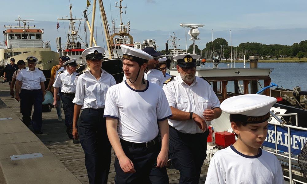 De zeekadetten lopen naar de Van Heutszkazerne.