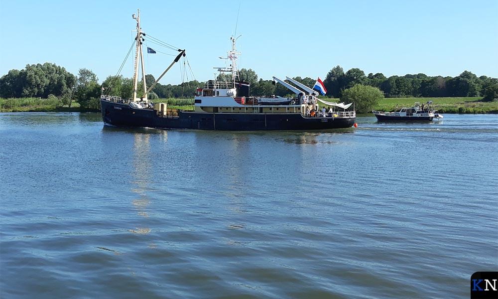 Vertrek van de zeekadetten over de IJssel