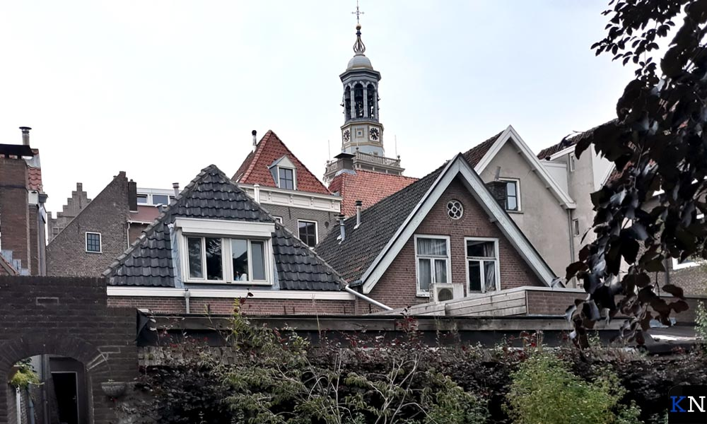 Uitzicht op de Nieuwe Toren vanuit de Luistertuin (Hof van Breda)