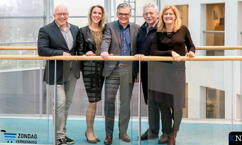 De commissie poseert  in het Stadhuis met v.l.n.r. Michael Bres, Jenneke Palland, Arend Runia, Klaas van der Kamp en Ann Alice van de Weerd (voorzitter).
